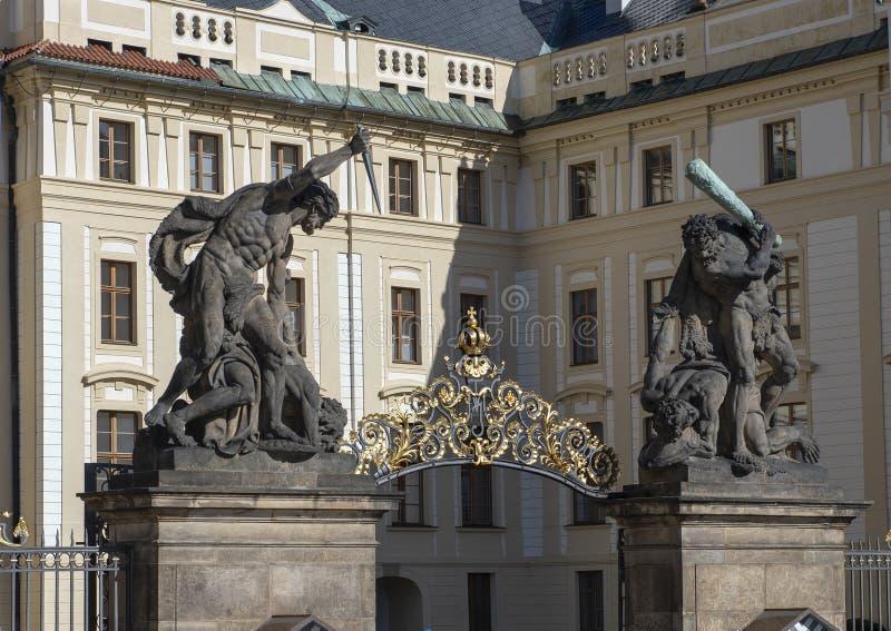 Combattimento Giants o titani lottanti al portone dell'entrata al castello di Praga, repubblica Ceca fotografia stock