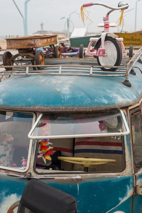 combi clásico del transportador de VW del estilo de los años 60 en la playa con la vista delantera del primer de la baca del tiró imagen de archivo