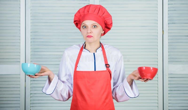 Combien de parties vous voudraient manger Cuvettes de prise de cuisinière de femme Calculez la calorie de quantité vous consomman photographie stock libre de droits