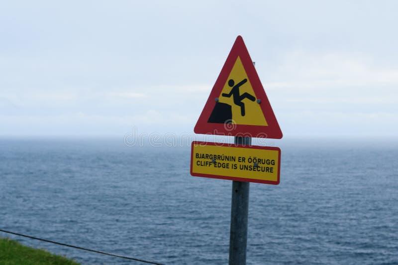 Combien douloureux tombe une falaise Signal d'avertissement image stock