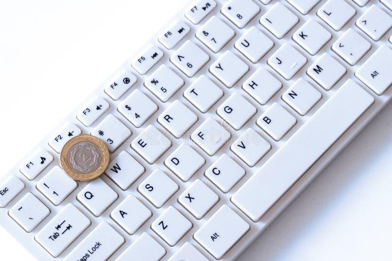 Combien font des programmeurs en Argentine gagnent ou une pièce de monnaie de peso se trouve sur la clé avec le numéro deux sur u photographie stock