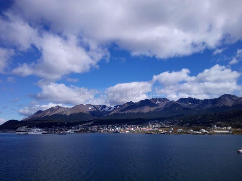 Combinação bonita de mountai, de céu e de oceano foto de stock royalty free