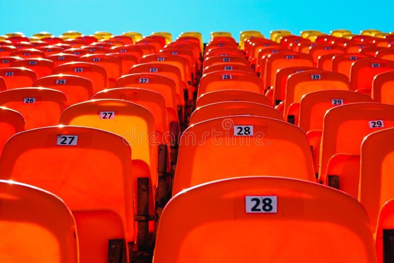 Combinação de alaranjado e de azul tribuna dos esportes contra o céu fotografia de stock royalty free