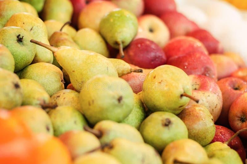 Combinação de cor bonita, variedade de exposição crua fresca do fundo dos frutos na tenda do mercado foto de stock