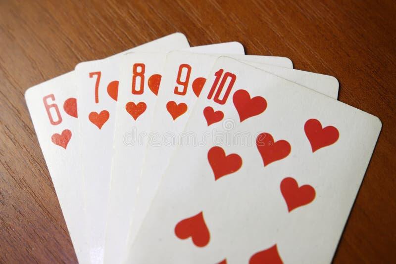 Combinação do resplendor reto de cartões no pôquer Diamantes do cartão na tabela de madeira Conceito do jogo Perda ou vantajoso p fotos de stock royalty free