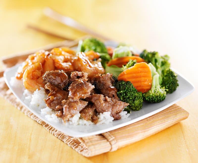 Combinación del teriyaki de la carne de vaca y del camarón en el arroz blanco fotografía de archivo