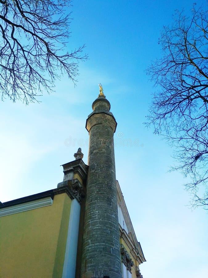 Combinatie van culturen, de Katholieke Kathedraal van Rome en Turkse minaret, kamenets-Podolsky, de Oekraïne stock foto