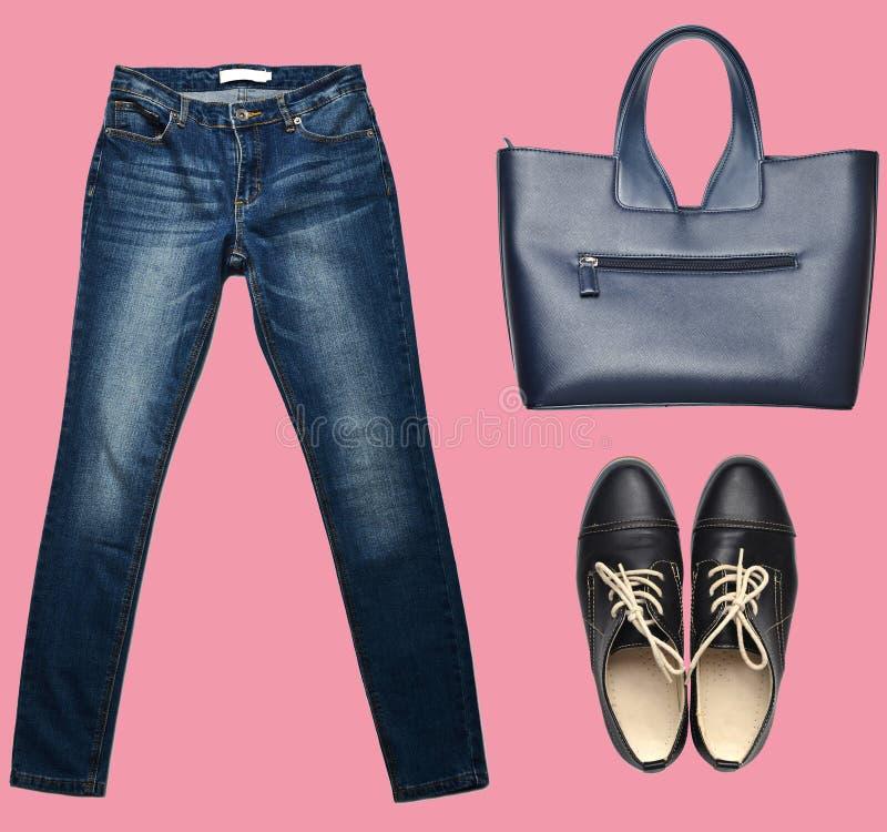 combinatie van women& x27; s kleding, schoenen, toebehoren op een pastelkleurachtergrond De manier ziet eruit minimalism Geïsolee royalty-vrije stock foto