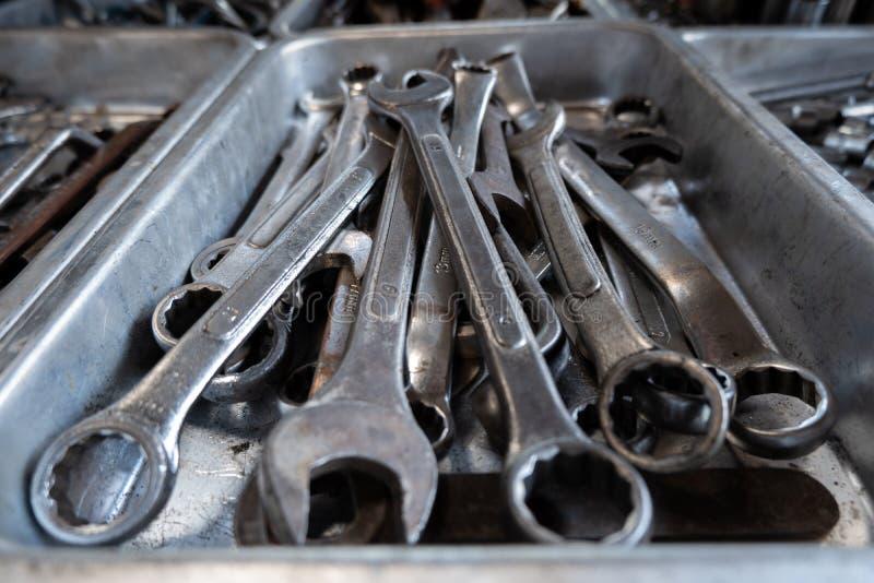 Combinatiemoersleutels, moersleutel, diverse moersleutelhulpmiddelen in garage royalty-vrije stock afbeelding