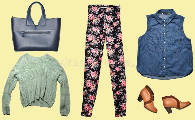 Combinazione di abbigliamento delle donne, scarpe, accessori su fondo colorato Sguardo di modo minimalism Oggetti isolati fotografia stock