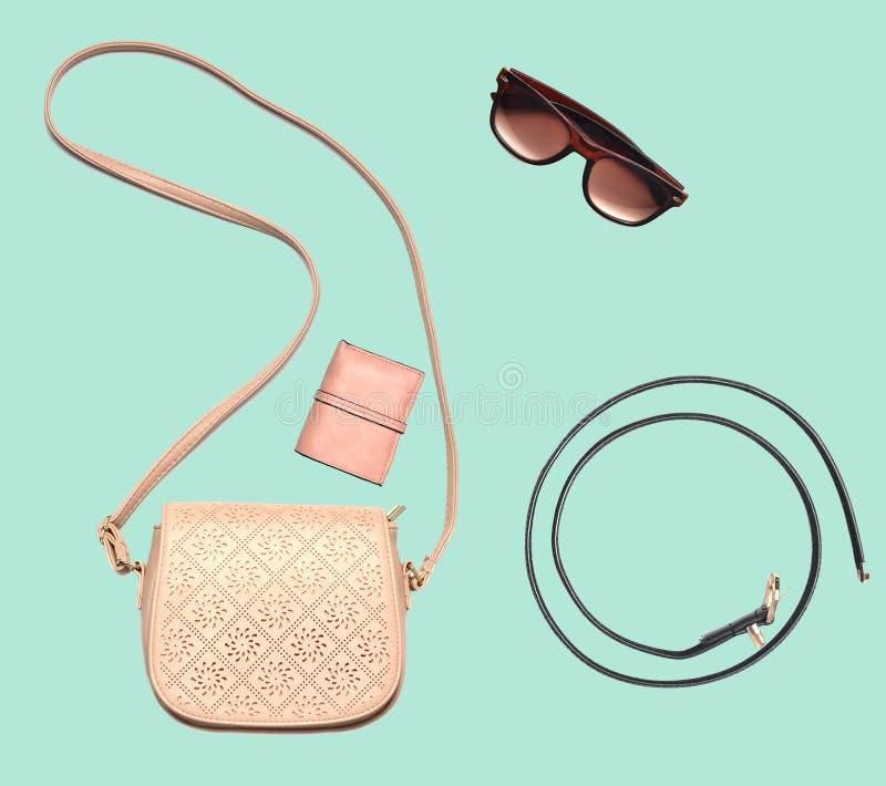 Combinazione di women& x27; abbigliamento di s, accessori su fondo pastello blu Sguardo di modo minimalism Oggetti isolati fotografie stock