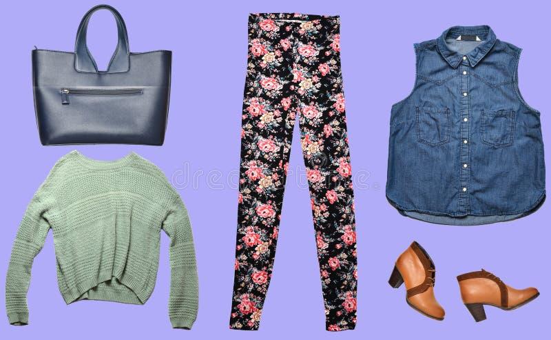 Combinazione di women& x27; abbigliamento di s, scarpe, accessori su fondo colorato Sguardo di modo minimalism Oggetti isolati immagine stock libera da diritti