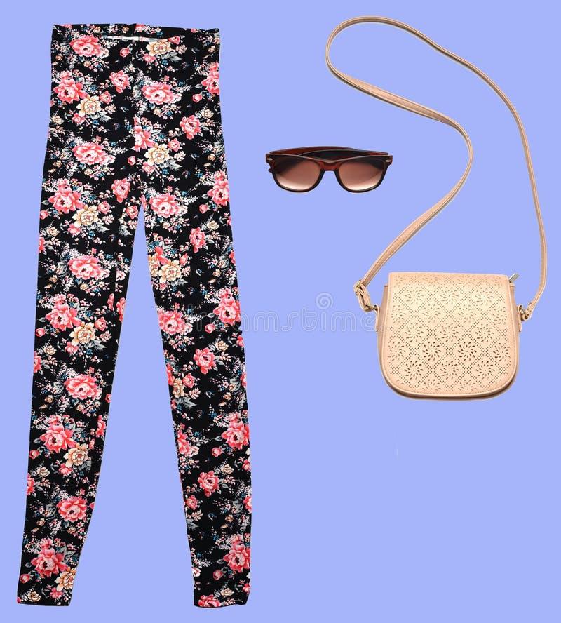 combinazione di women& x27; abbigliamento di s, scarpe, accessori su un fondo pastello Sguardo di modo minimalism Oggetti isolati fotografia stock libera da diritti