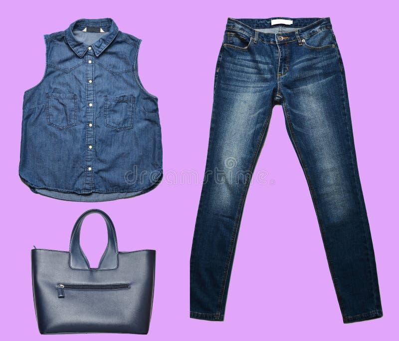 combinazione di women& x27; abbigliamento di s, scarpe, accessori su un fondo pastello Sguardo di modo minimalism Oggetti isolati immagini stock