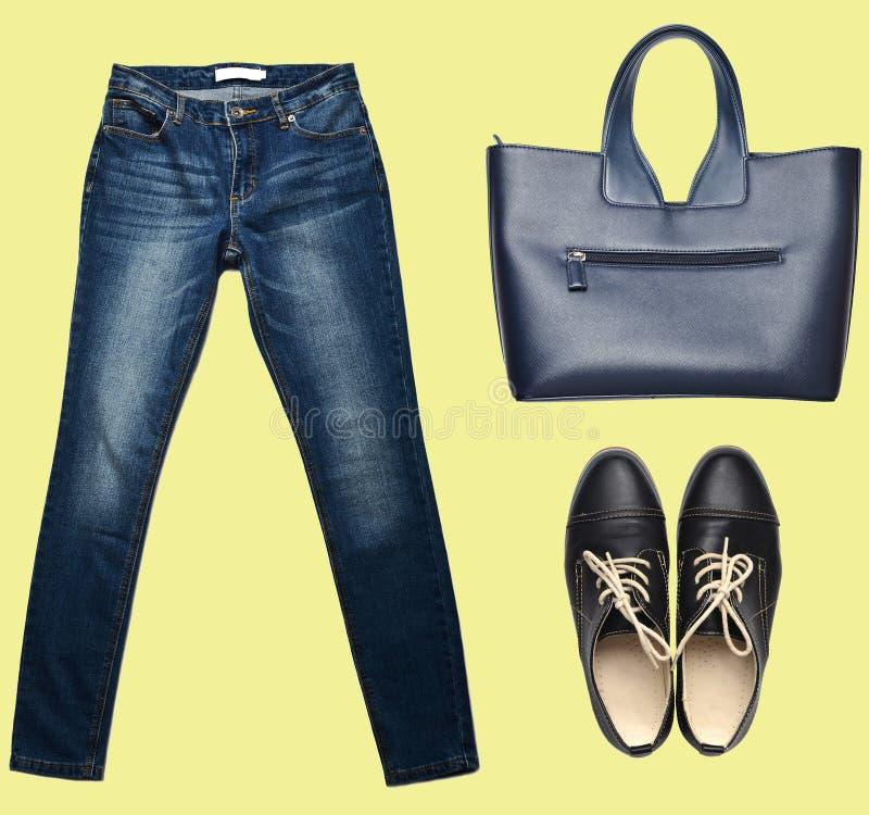 combinazione di women& x27; abbigliamento di s, scarpe, accessori su un fondo pastello Sguardo di modo minimalism Oggetti isolati fotografia stock