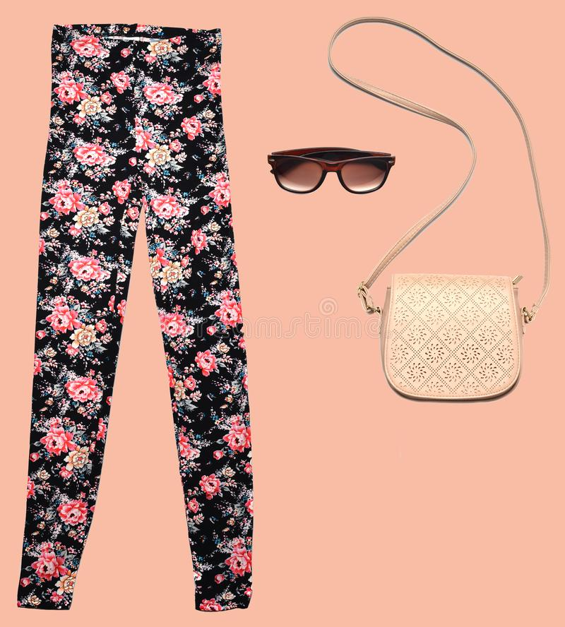 combinazione di women& x27; abbigliamento di s, scarpe, accessori su un fondo pastello Sguardo di modo minimalism Oggetti isolati fotografie stock