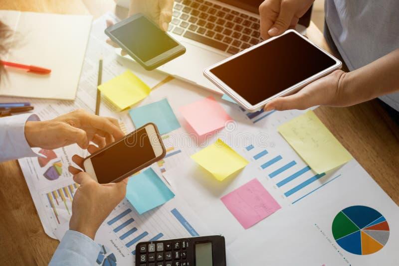 Combine el trabajo del planeamiento acertado del hombre de negocios y teléfono con a foto de archivo libre de regalías