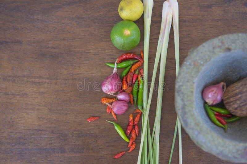 Combine la sopa, comida tailandesa herbaria en el fondo de madera Tom Yum imagenes de archivo