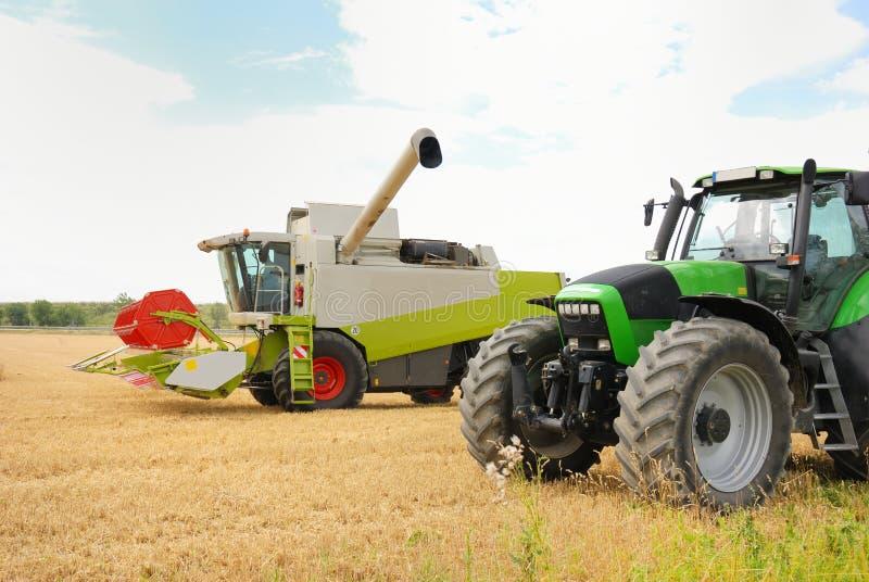 Combineer en tractor royalty-vrije stock afbeelding
