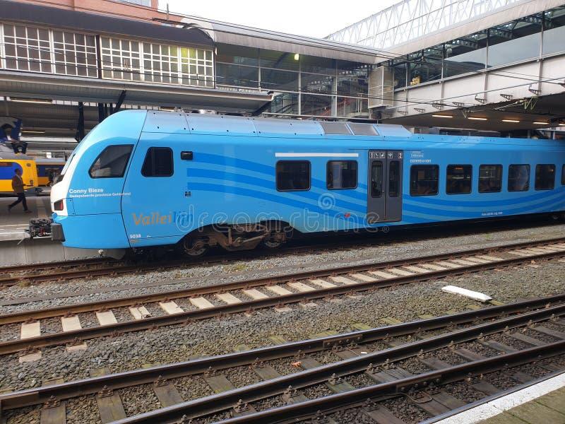Comboio local azul do tipo Flirt of the Valleilijn, comandada por Connexxion, na estação Amersfoort fotos de stock royalty free