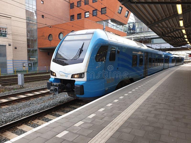 Comboio local azul do tipo Flirt of the Valleilijn, comandada por Connexxion, na estação Amersfoort imagens de stock royalty free