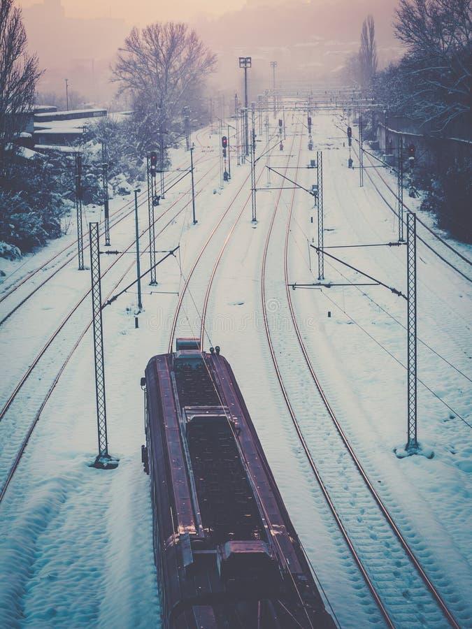 Comboio que atravessa as faixas de comboio cobertas pela neve fotografia de stock royalty free