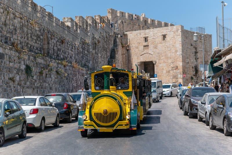 Comboio turístico nas ruas da Cidade Velha de Jerusalém fotografia de stock