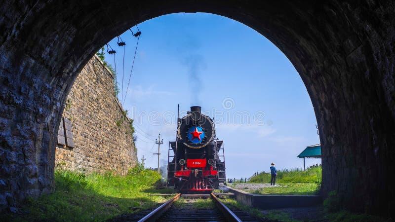 Comboio a vapor à volta do lago Baikal, Irkutsk, Sibéria, Rússia belas vistas imagens de stock