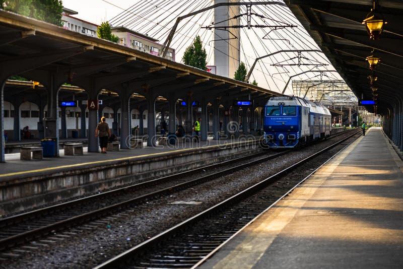 Comboios na plataforma da estação ferroviária norte de Bucareste, Gara de Nord Bucuresti, em Bucareste, Romênia, 2019 imagens de stock