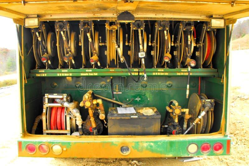 Combustível da operação de descarga e caminhão do óleo foto de stock