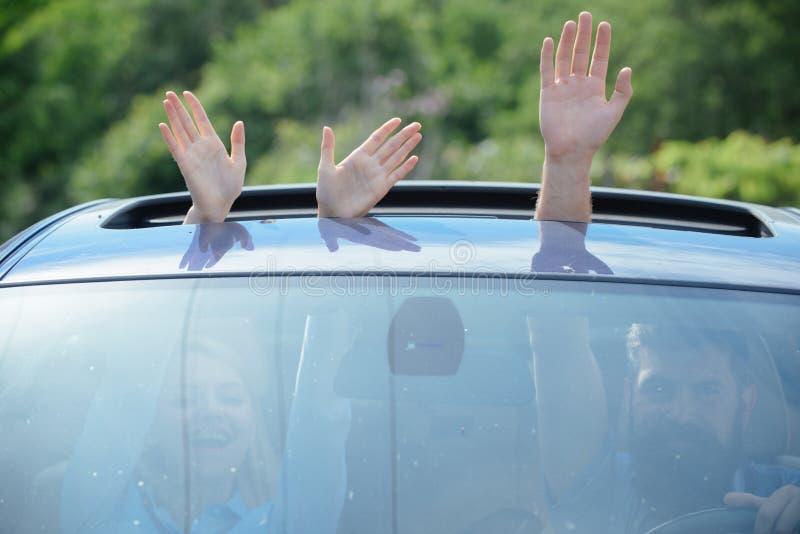 Combustibile amichevole di Eco Mani che gesturing in covata aperta dell'automobile Viaggiando in macchina Godere del viaggio stra immagini stock