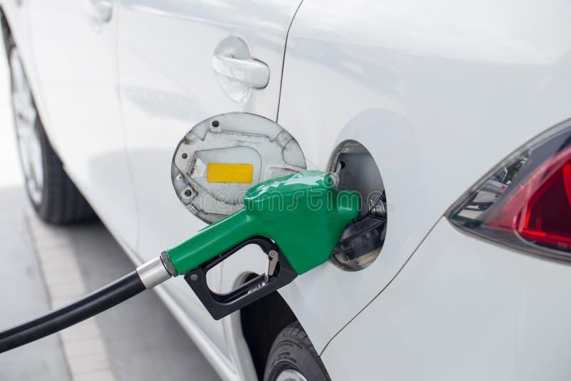 Combustibile gassoso dell'olio di riempimento e riempia alla stazione fotografie stock