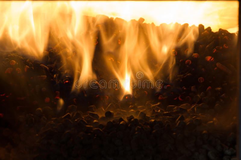 Combustion dans les granules de four du pin photos stock