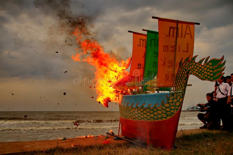 Combustion de bateau de Barongsai et de dragon photo stock