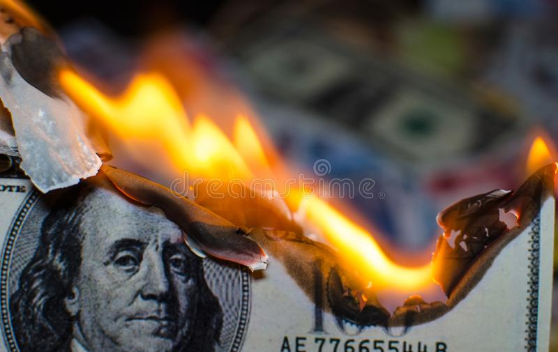 Combustion de cent dollars photo libre de droits