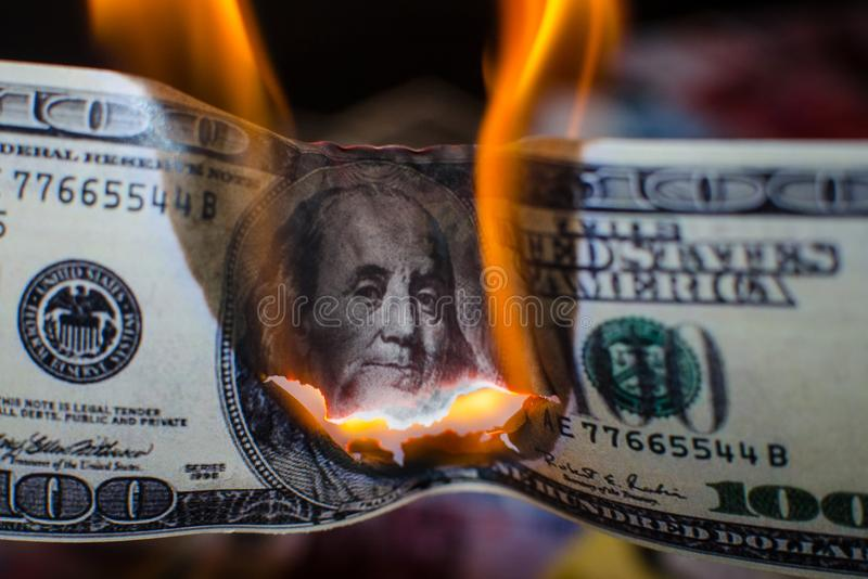 Combustion de cent dollars image libre de droits