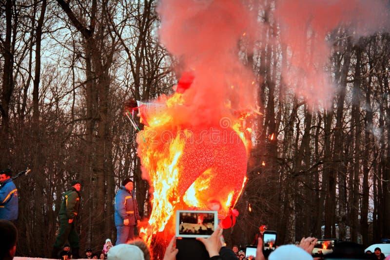 Combustion de l'épouvantail de Maslenitsa image libre de droits
