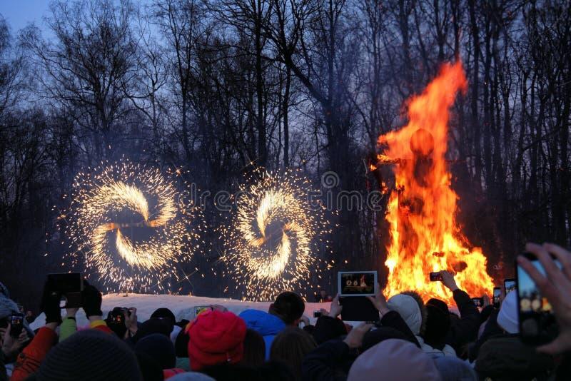 Combustion de l'épouvantail de Maslenitsa dans la soirée image libre de droits
