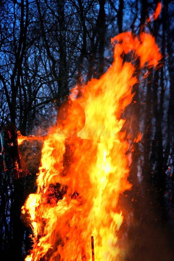 Combustion de l'épouvantail de Maslenitsa dans la soirée photo libre de droits