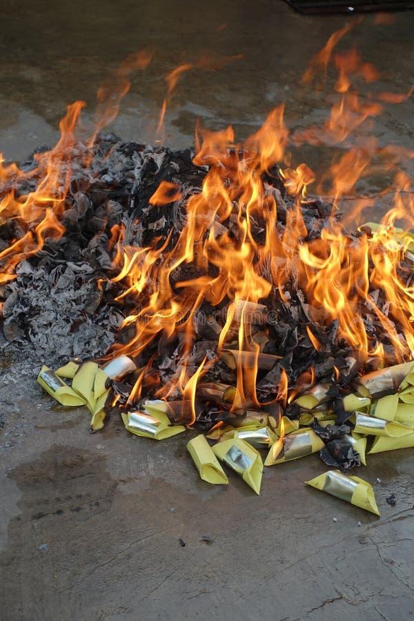 Combustion des papiers d'idole chinoise image libre de droits