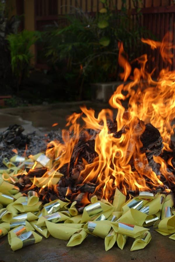 Combustion des papiers d'idole chinoise images libres de droits