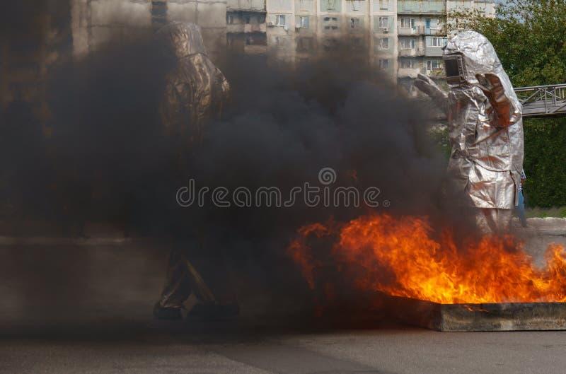 Combustione bruciata del fuoco per la dimostrazione dell'esercitazione antincendio Pompiere nell'azione immagini stock libere da diritti