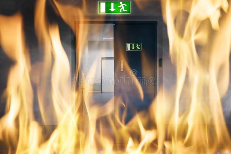 Combustione del fuoco vicino ad una porta di uscita di sicurezza fotografia stock