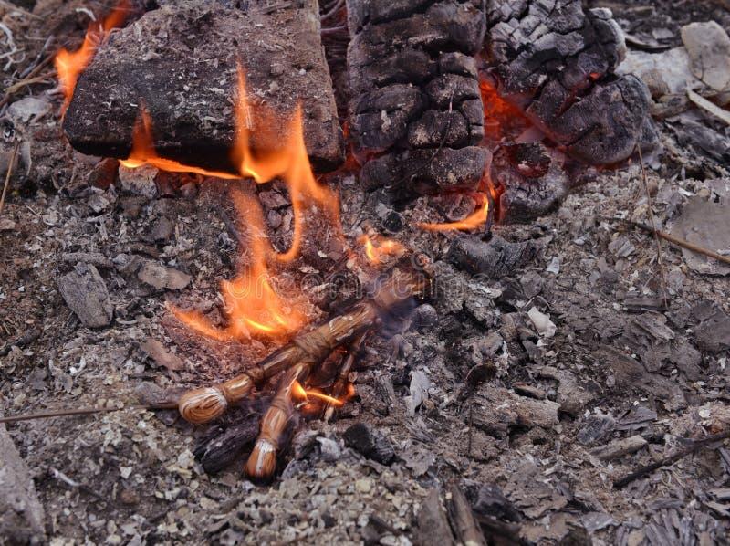 Combustione della bambola di voodoo nel fuoco fotografia stock libera da diritti