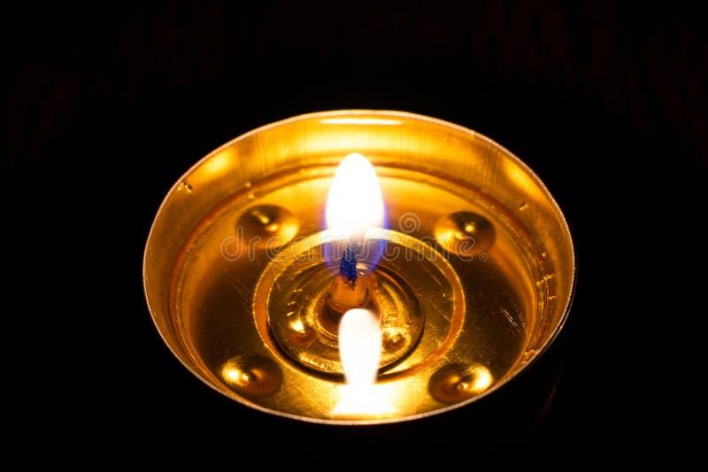 Combustione della candela nei precedenti neri fotografie stock