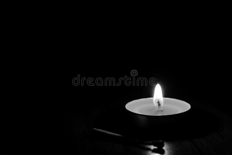 Combustione della candela nei precedenti neri immagine stock