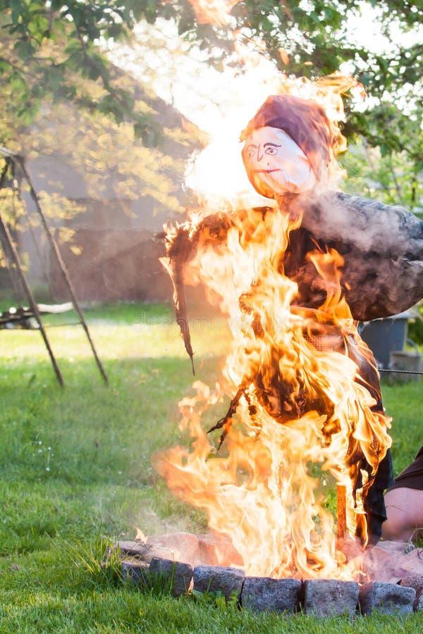 Combustione della strega della paglia fotografie stock libere da diritti