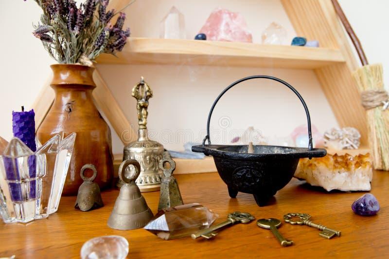 Combustione di incenso in mini calderone sull'altare della strega fotografie stock libere da diritti