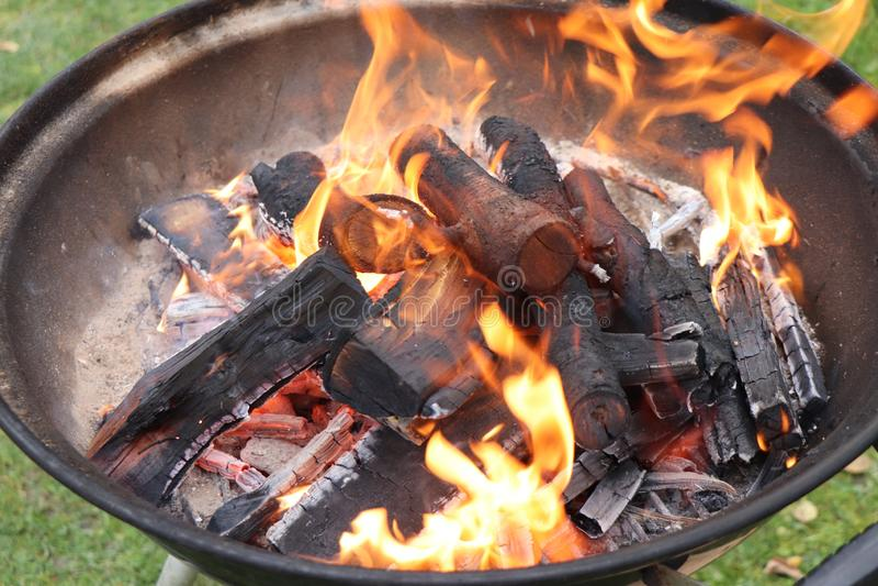Combustione di legno nella ciotola del barbecue fotografie stock libere da diritti