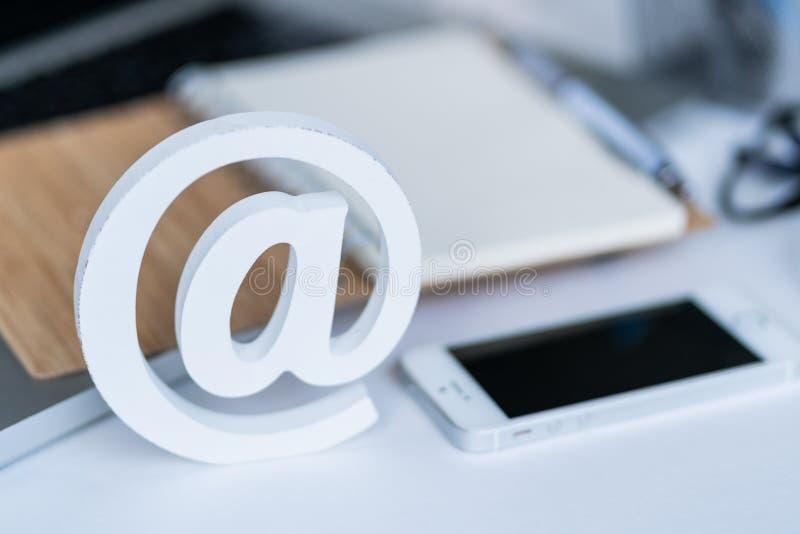 Comcept d'email Contactez-nous pour le retour Bureau avec le bloc-notes, le smartphone, les verres et le symbole d'email Vue sup? photos stock
